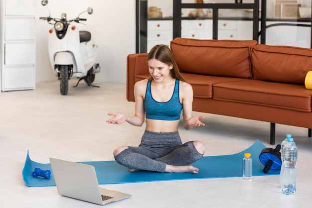 Спортивный блоггер сидит перед ноутбуком