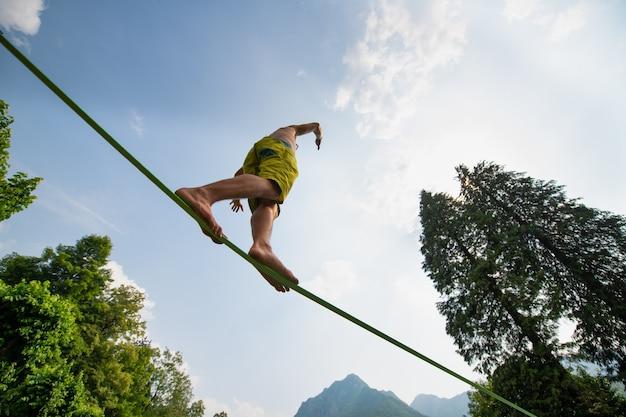 Спортивный мальчик практикует ходьбу на веревке