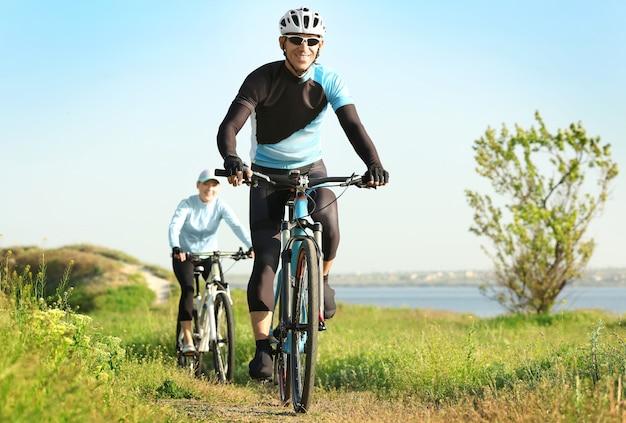 Спортивные велосипедисты, катающиеся на велосипедах в сельской местности