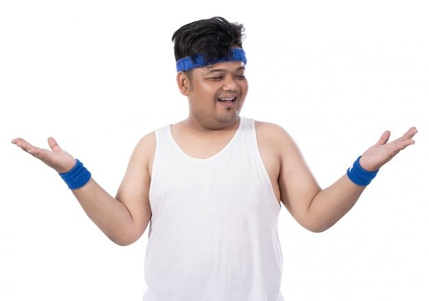 Спортивный толстый молодой человек поднимает руки