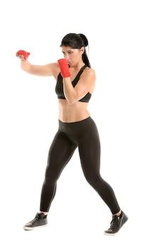白い背景の上のスポーティな女性ボクサー