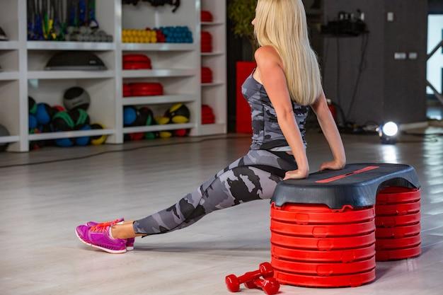 ジムで運動をしているスポーティな女性