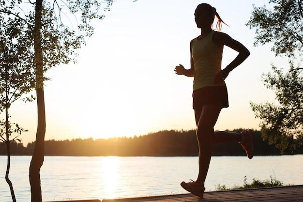 Спортивный женский бегун и тренировка на улице на природе.