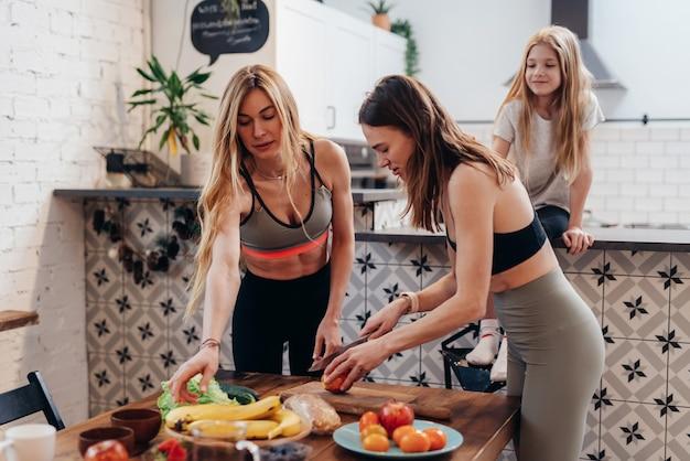 健康的な料理を調理するキッチンでスポーティな女性。