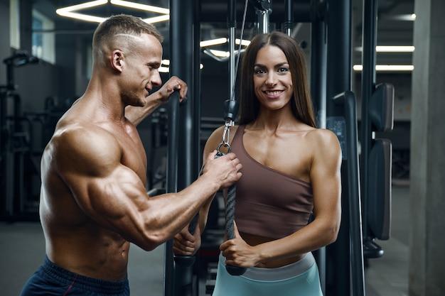 Спортивная пара фитнеса, тренирующаяся в тренажерном зале