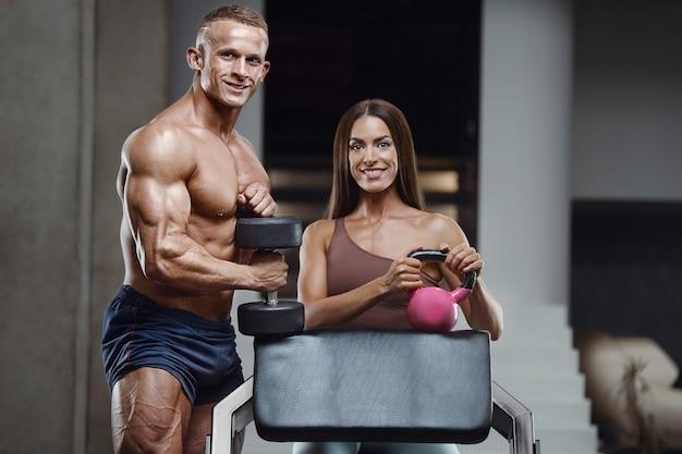 ジムで運動するスポーティなフィットネスカップル