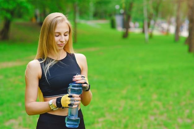水と公園でスポーティな女の子