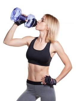 スポーツウェア飲料水でスポーティな女の子