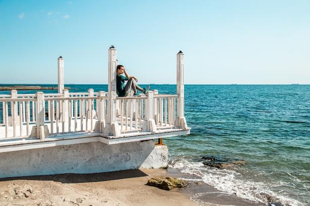 フィットネスを行う演習を行う桟橋でスポーティな女の子