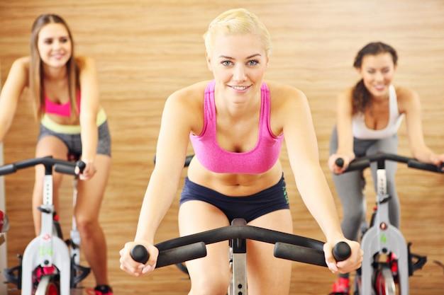 Спортивная группа женщин на спиннинге