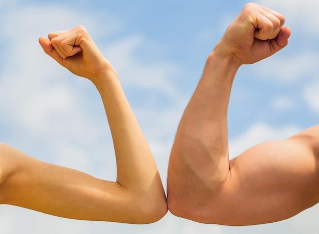 Спортивный мужчина и женщина. мускулистая рука против слабой руки. против, борись упорно. конкуренция, сравнение сил. концепция соперничества. соперничество, против, вызов, сравнение сил.