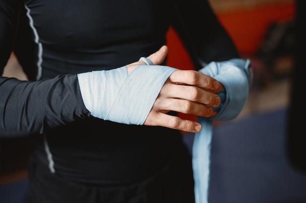 Uomo sportivo boxe. foto del pugile su un anello. forza e motivazione