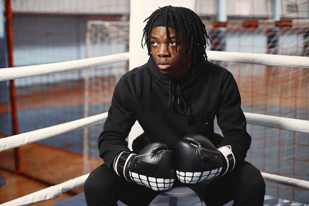 Спортивный человек бокс. фотография боксера на ринге. афро-американский мужчина обучение.