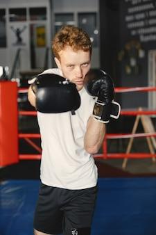 スポーティーな男ボクシング。リング上のボクサーの写真。強さとモチベーション