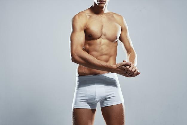 스포티 한 남자 팽창된 유모차 흰색 팬티 홈 운동 체육관