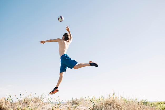 Спортивный человек прыгает в волейбол