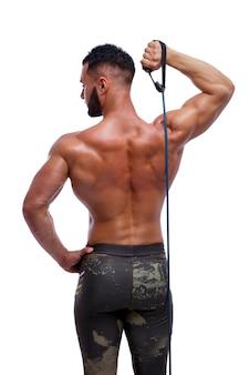 スポーティな男は抵抗バンドを使用してエクササイズを実行します強い男上半身裸の白い背景スポーツ