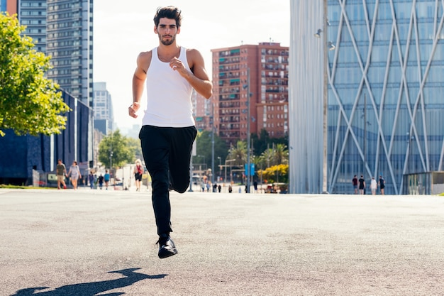 Спортивный человек, бегущий по асфальту в городе