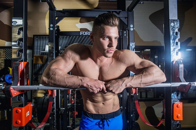 ジムでトレーニングするスポーティな男性