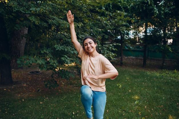 공원에서 훈련을 스트레칭 캐주얼 의류에 스포티 한 밀레니엄 인도 여자