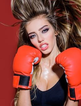 권투 장갑 스포츠 권투와 피트 니스 개념 권투 여자 아름 다운 여자에 스포티 한 섹시 한 여자
