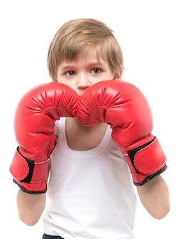 Спортивный сильный детский бокс в красных перчатках и белой футболке