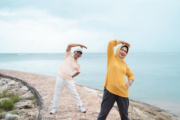 スポーティな女性と男性のトレーニングとアウトドアスポーツ