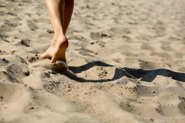 ビーチで有酸素運動をしているスポーティな女性。空きスペース