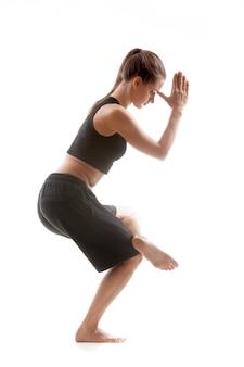 Donna sportiva praticare il suo equilibrio
