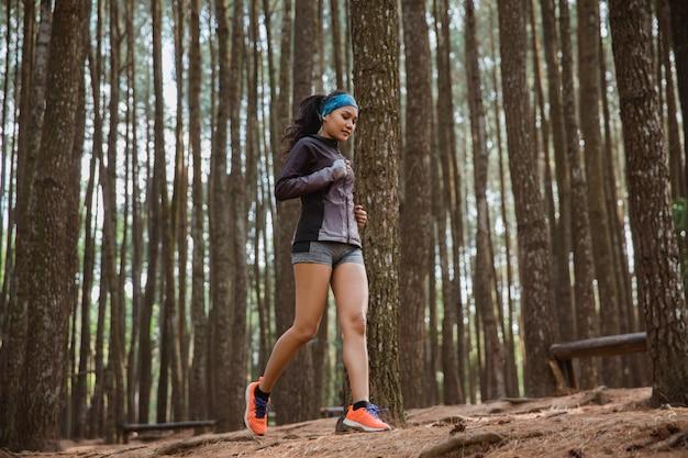 Спортивная женщина побежала в лес