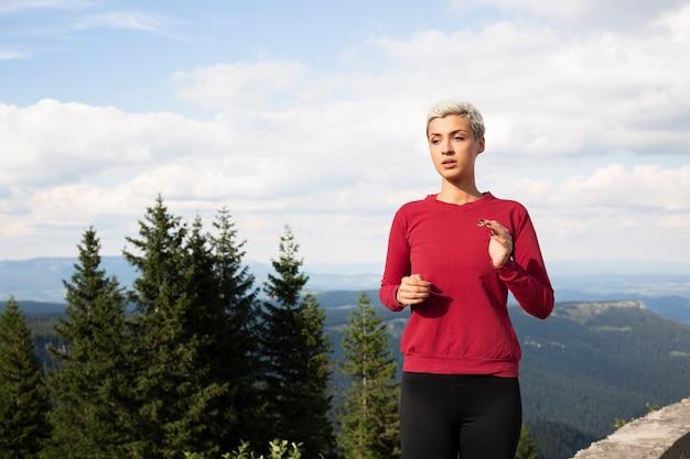 Спортивная женщина работает на природе