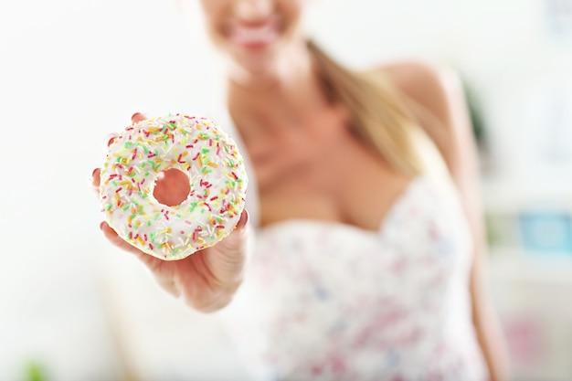 운동 후 도넛과 스포티 한 여자