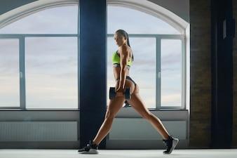 強い体型の練習をしているスポーティな女性。