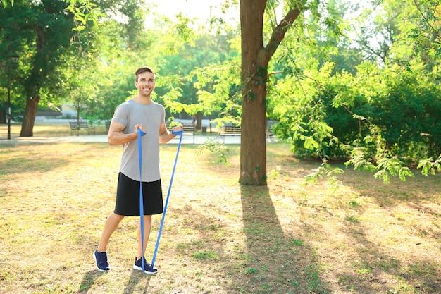 スポーティな若い男が屋外でトレーニング