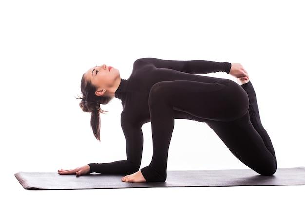 Спортивная молодая женщина занимается йогой, изолированной на белом фоне - концепция здорового образа жизни и естественного баланса между телом и умственным развитием