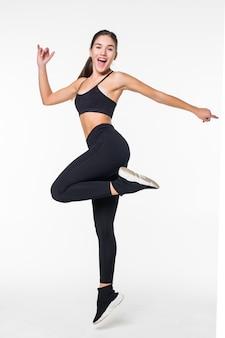 Спортивная молодая женщина прыгает на белом фоне