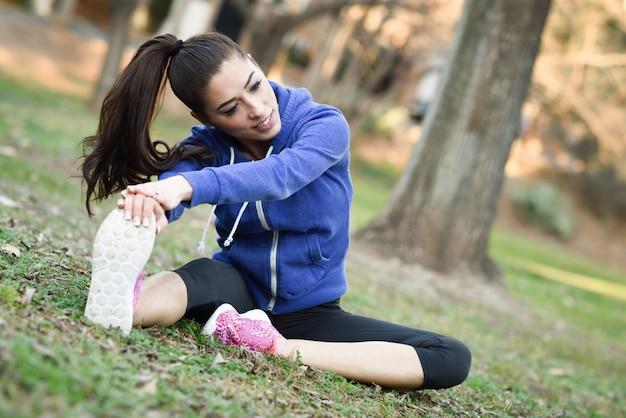 Sportiva giovane donna preparando per la formazione