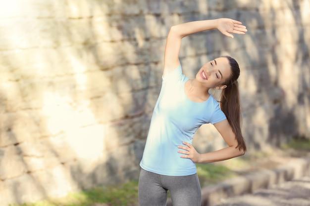 스포티 한 젊은 여성이 야외 훈련