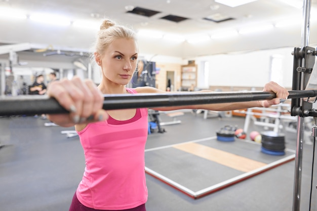 Молодая sporty красивая белокурая женщина в спортзале