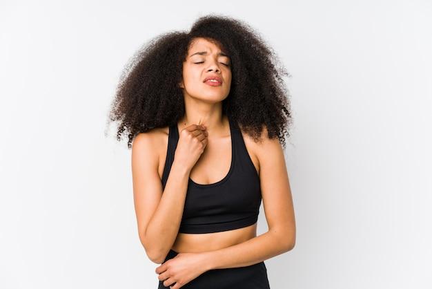 Молодая афро-американская sporty женщина страдает боль в горле из-за вируса или инфекции.
