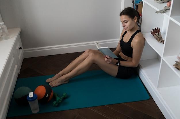 Взгляд со стороны sporty книги чтения женщины