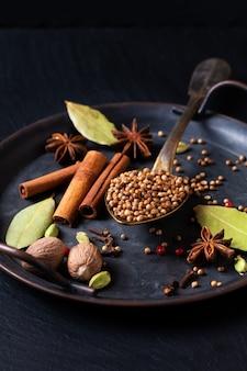 스팟 포커스 이국적인 허브 식품 컨셉 유기농 향신료의 혼합