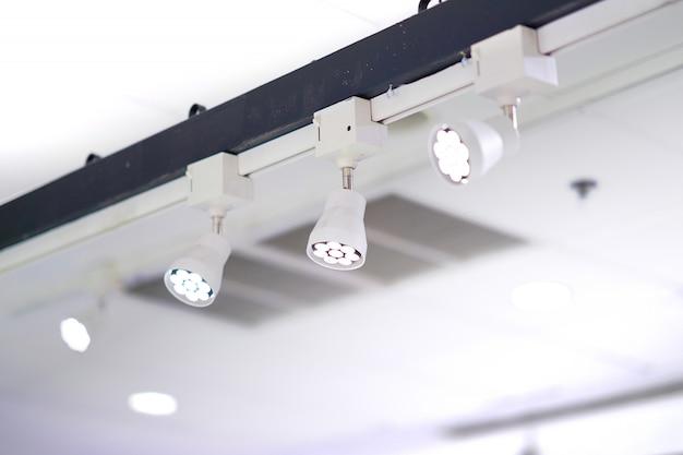 Лампы точечного света установлены на высокой планке