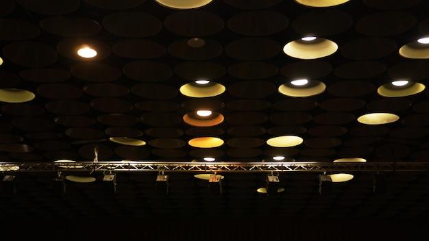 天井のシネマホールにあるスポットライトとレトロな電球