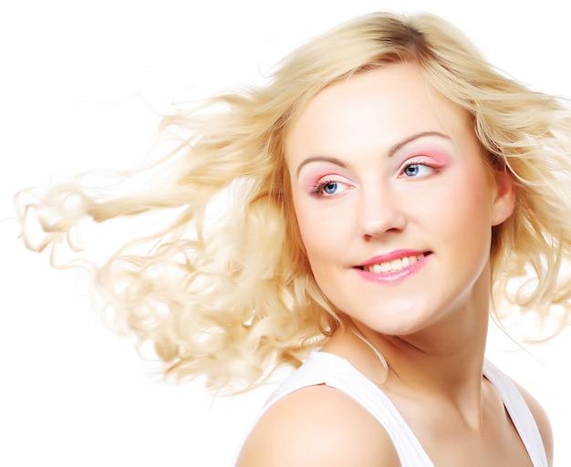 Безупречная молодая блондинка