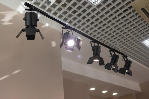 壁の天井の下にスポットライトがあります。トラックled照明システム。