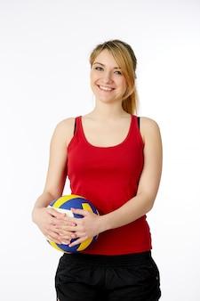 Молодой, волейболист красоты. изолированный на белизне в студии держа шарик spotr