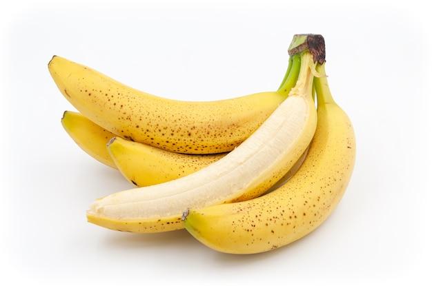 Пятнистые бананы созревшие бананы кавендиш на белом фоне