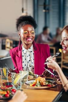Пятнистая блузка африканская американка в модной пятнистой блузке и ярко-розовой куртке