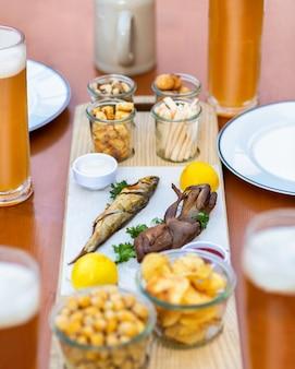 スプラット、キルカの魚、ケチャップソース、チップ、スナックのクローズアップ